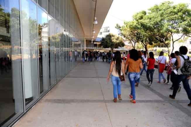 estudantes no campus ufmg